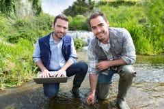 Científico y biólogo que trabajan junto en análisis de agua fotografía de archivo
