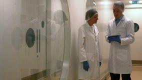 Científicos de la comida que trabajan junto en laboratorio almacen de metraje de vídeo