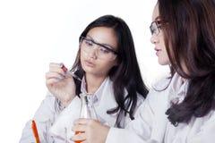 Científicos de sexo femenino jovenes que hacen la investigación Fotografía de archivo libre de regalías