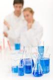 Científicos en el laboratorio - líquido azul Fotos de archivo
