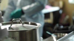 Científicos que preparan el laboratorio antes del experimento metrajes
