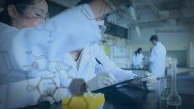 Científicos que trabajan en un laboratorio almacen de metraje de vídeo
