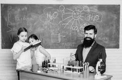 cient?fico de los ni?os de la escuela que estudia ciencia De nuevo a escuela profesor feliz de los ni?os Ni?os que aprenden qu?mi fotografía de archivo
