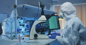 Cient?ficos que examinan bacterias en un laboratorio almacen de video