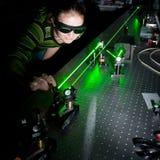 Científico de sexo femenino en un laboratorio de la óptica del quántum Foto de archivo libre de regalías