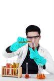 Científico de sexo masculino con los tubos de ensayo aislados Imagen de archivo