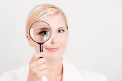 Científico hermoso joven de la mujer con el vidrio de enfoque Imagen de archivo libre de regalías