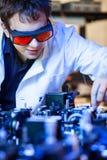 Científico que hace la investigación en un laboratorio de la óptica del quántum Fotografía de archivo libre de regalías