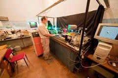 Cientista acoplado na pesquisa em seu laboratório imagens de stock