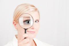 Cientista bonito novo da mulher com vidro zumbindo Imagens de Stock Royalty Free