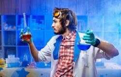 Cientista com as garrafas no laboratório fotografia de stock royalty free