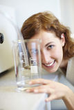 Cientista com copo de medição Foto de Stock Royalty Free