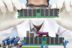 Cientista com o cartão de memória do computador Fotografia de Stock