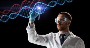 Cientista com tubo de ensaio e molécula do ADN foto de stock royalty free
