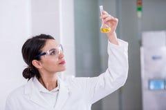 Cientista da mulher no laboratório que faz o teste químico imagem de stock