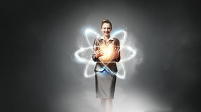 Cientista da mulher que apresenta o conceito da pesquisa do átomo imagem de stock