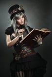 Cientista de Steampunk com livro e lente fotos de stock