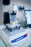 Cientista do alimento que usa a tecnologia para analisar o queijo Imagens de Stock