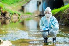 Cientista do pesquisador no vestu?rio de prote??o na natureza da pesquisa de condu??o fotos de stock royalty free