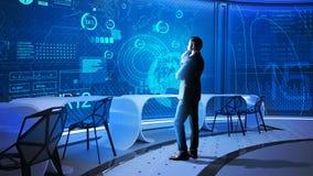 Cientista dos dados que olha a tela e o pensamento transparentes Fotos de Stock Royalty Free