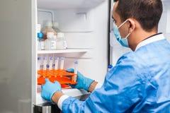 Cientista e congelador masculinos novos do laboratório foto de stock royalty free