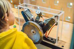 Cientista esperto do menino que faz experiências físicas no laboratório Conceito educacional descoberta imagem de stock