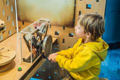 Cientista esperto do menino que faz experiências físicas no laboratório Conceito educacional descoberta foto de stock