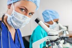 Cientista fêmea no laboratório ou no laboratório de pesquisa médica fotografia de stock
