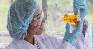 Cientista fêmea que agita a garrafa alaranjada video estoque