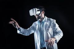 Cientista feliz positivo que trabalha na realidade 3d Fotos de Stock Royalty Free