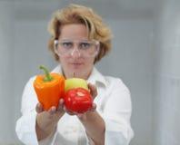 Cientista fêmea que oferece o alimento natural Foto de Stock Royalty Free