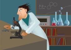 Cientista louco com microscópio Fotografia de Stock Royalty Free