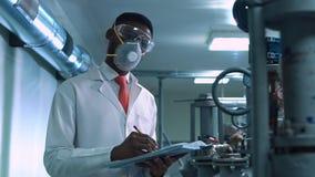 Cientista na escrita da máscara no laboratório Imagens de Stock Royalty Free