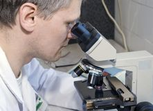 Cientista no laboratório Imagens de Stock Royalty Free