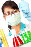 Cientista no laboratório com câmaras de ar de teste Fotografia de Stock Royalty Free