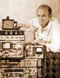 Cientista pensativo no laboratório do vintage imagem de stock