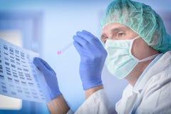 Cientista que analizing a sequência do ADN fotografia de stock royalty free