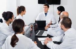 Cientista que apresenta o relatório durante a reunião de funcionamento fotos de stock royalty free