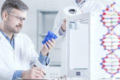 Cientista que guarda o objeto impresso 3d Foto de Stock