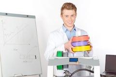 Cientista que trabalha com impressora tridimensional Fotografia de Stock Royalty Free