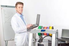 Cientista que trabalha com impressora tridimensional Imagens de Stock Royalty Free