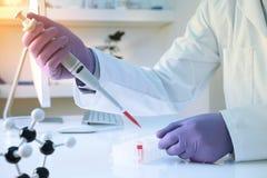 Cientista que usa a pipeta no laboratório foto de stock royalty free