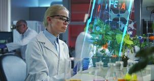 Cientista que usa uma tela de exposição holográfica video estoque
