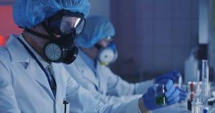 Cientista Working In Laboratory vídeos de arquivo