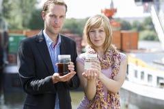 Cientistas com os frascos da água Fotos de Stock Royalty Free