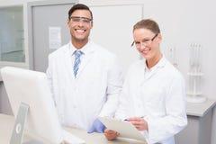 Cientistas felizes que sorriem na câmera foto de stock royalty free