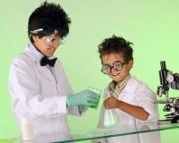 Cientistas loucos que trabalham junto Foto de Stock Royalty Free