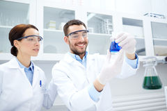 Cientistas novos que fazem o teste ou a pesquisa no laboratório Fotos de Stock Royalty Free