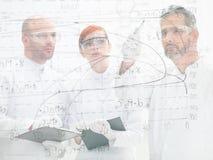 Cientistas que discutem um diagrama Fotografia de Stock Royalty Free