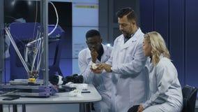 Cientistas que exploram tecnologias 3-D da impressão video estoque